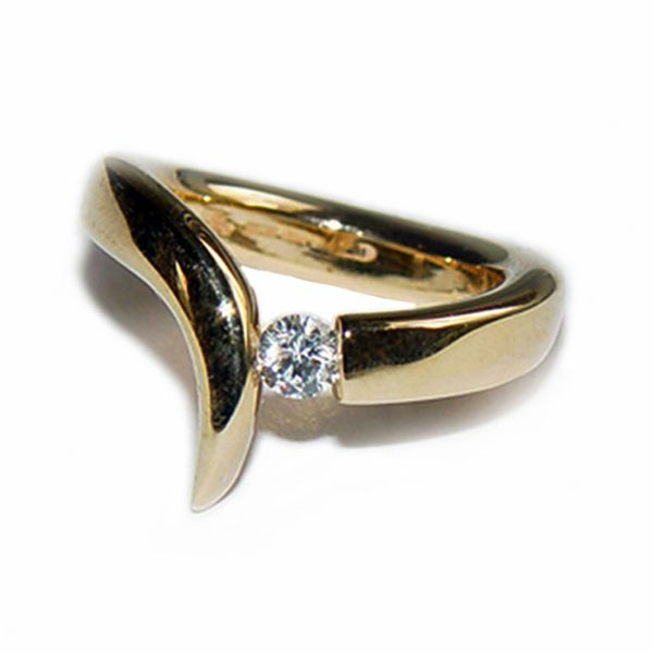 The 18ct gold diamond point ring is elegant yet simple in design. The solid 18ct yellow gold ring has been forged from 4mm wire and features a 0.25ct vsfg quality diamond. The handcrafted ring is comfortable, stunning and above all is very comfortable to wear.