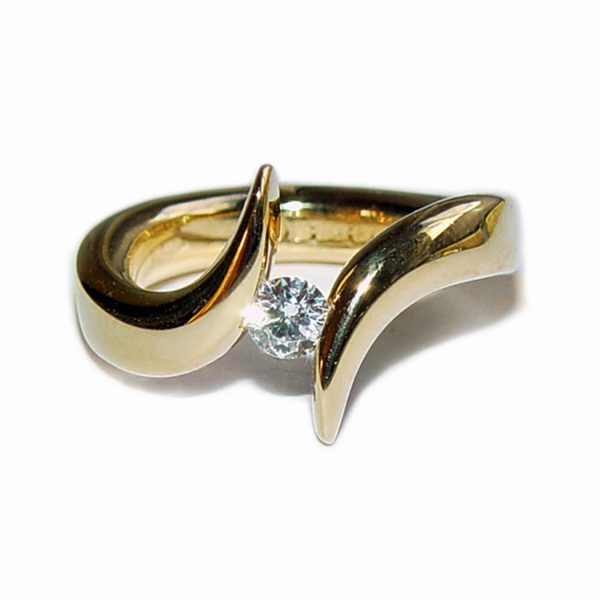 The tension set diamond solitaire 18ct double point ring is elegant & eye catching. The solid 18ct yellow gold ring is handforged from 4mm wire and is set with a 25pt (0.25ct) VSFG diamond. The ring is individually handmade to order. Please let us know your ring size when you place your order. Ring sizes H-Q (including 1/2 sizes). We have used the UK/AU sizing system, however. If you have a ring size based on EU, US/Canada or any other international sizing system we can convert it. The ring is also available in 18ct white gold or platinum - prices on request. The 18ct double point ring has a Paul Finch hallmark and conforms to the British hallmarking standard. It is delivered in a Paul Finch Jewellery box.