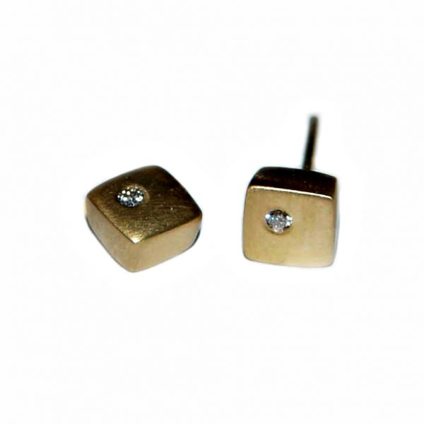 Square 18ct yellow gold diamond studs. Solid 18ct gold square stud earrings set with 0.02ct vsfg diamonds. Approx maximum dimensions are 6x6x3mm.