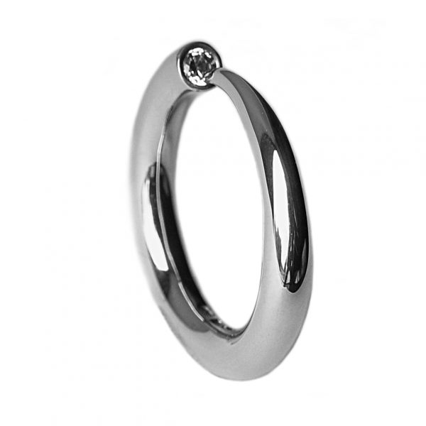 This solid tapering silver wiggly ring has a comfortable rounded band. The ring tapers to a point from 4mm and comes wih a 0.1ct vsfg diamond. The ring is one of the original designs in the wiggly collection and is a timeless classic.