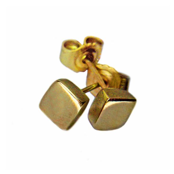 Square 18ct yellow gold studs. These solid silver earrings are practical, comfortable and therefore ideal for everyday wear. The approximate maximum dimensions